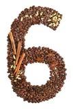 Nummer 6 van koffiebonen en species op witte achtergrond worden geïsoleerd die Stock Afbeeldingen