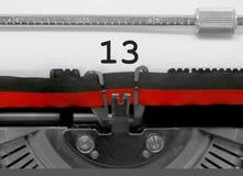 Nummer 13 vid den gamla skrivmaskinen på vitbok Arkivfoton