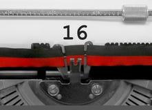 Nummer 16 vid den gamla skrivmaskinen på vitbok Arkivbilder