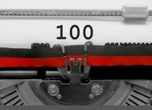 Nummer 100 vid den gamla skrivmaskinen på vitbok Royaltyfri Foto