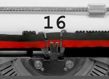 Nummer 16 vid den gamla skrivmaskinen på vitbok Royaltyfria Bilder