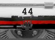 Nummer 44 vid den gamla skrivmaskinen på vitbok Arkivbild