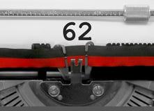 Nummer 62 vid den gamla skrivmaskinen på vitbok Arkivbilder