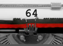 Nummer 64 vid den gamla skrivmaskinen på vitbok Arkivfoto