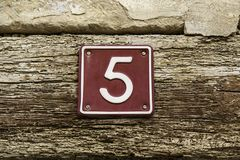 Nummer vijf van informatie over de muur van een huis royalty-vrije stock fotografie