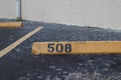 Nummer 508 zwarte op geel Asfalt op de achtergrond zwarte die aantalstencil op achtergrond, nummer 508 wordt geschilderd; nummer  stock afbeelding