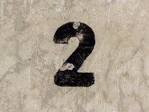 Nummer zwei 2 auf Betonmauerhintergrund Lizenzfreie Stockbilder