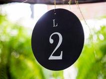 Nummer zwei-Platte der Tabelle im Restaurant für Hochzeitsfest Stockbild