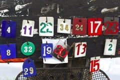 Nummeretiketthängning på trädet, nummeretikett gjordes av plast- som hänger på trädet på trottoaren Royaltyfria Foton