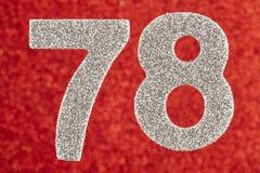 Nummerieren Sie achtundsiebzig silberne Farbe über einem roten Hintergrund Anniver Lizenzfreies Stockbild