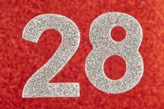 Nummerieren Sie achtundzwanzig silberne Farbe über einem roten Hintergrund Annivers Stockfoto