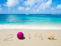 Nummerieren Sie 2014 auf dem Sand - Feiertagskonzept Stockbilder