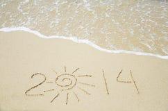 Nummerieren Sie 2014 auf dem Sand - Feiertagskonzept Stockfotos
