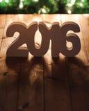 Nummerieren Sie 2016 auf Holztischhintergrund, Schablone des neuen Jahres Lizenzfreie Stockbilder