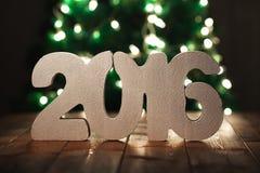 Nummerieren Sie 2016 auf Holztischhintergrund, Schablone des neuen Jahres Lizenzfreies Stockfoto