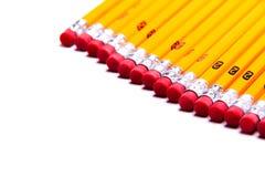 Nummerieren Sie 2 Bleistifte, die auf einem weißen Hintergrund mit Textraum ausgerichtet werden Stockbild
