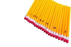 Nummerieren Sie 2 Bleistifte, die diagonal auf einem weißen Hintergrund vereinbart werden Lizenzfreie Stockbilder