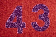 Nummerieren Sie dreiundvierzig Purpurfarbe über einem roten Hintergrund Anniversa Lizenzfreies Stockfoto