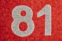 Nummerieren Sie einundachzig silberne Farbe über einem roten Hintergrund Anniversar Lizenzfreie Stockbilder