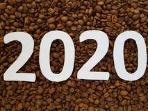 nummerieren Sie 2020 im Weiß mit Röstkaffeebohnen Hintergrund, Design für neues Jahr Stockfotografie