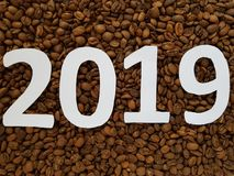 nummerieren Sie 2019 im Weiß mit Röstkaffeebohnen Hintergrund, Design für neues Jahr stockfotos
