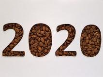 nummerieren Sie 2020 mit Röstkaffeebohnen und weißem Hintergrund, Design für Feier des neuen Jahres Lizenzfreie Stockfotografie