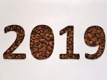 nummerieren Sie 2019 mit Röstkaffeebohnen und weißem Hintergrund, Design für Feier des neuen Jahres stockbild