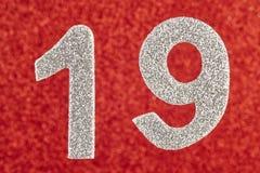 Nummerieren Sie neunzehn silberne Farbe über einem roten Hintergrund jahrestag lizenzfreie stockbilder