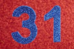 Nummerieren Sie thirty-one Blaufarbe über einem roten Hintergrund jahrestag Stockfotografie