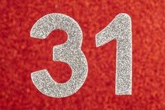 Nummerieren Sie thirty-one silberne Farbe über einem roten Hintergrund Anniversar Stockfotografie