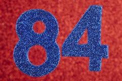 Nummerieren Sie vierundachzig Blaufarbe über einem roten Hintergrund jahrestag Stockfoto