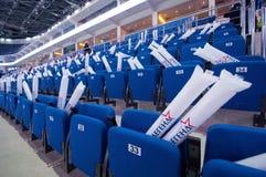 Nummerierte Sitze in der Reihe Stockbild