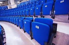 Nummerierte Sitze in der Reihe Stockfotografie