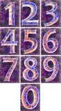 Numrera på en violett bakgrund. Arkivbilder
