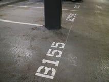 Numrerad garageparkeringsfläck arkivfoton
