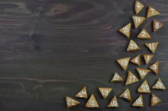 25 numrerade adventkakor på brunt trä Arkivfoton