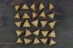 25 numrerade adventkakor på brunt trä Royaltyfria Foton