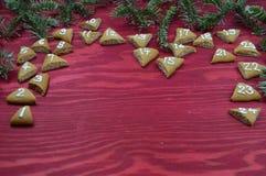 24 numrerade adventkakor på rött trä Fotografering för Bildbyråer