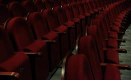 Numrerade teaterstolar med röd sammet Royaltyfri Bild