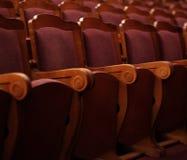 Numrerade teaterstolar med röd sammet Fotografering för Bildbyråer