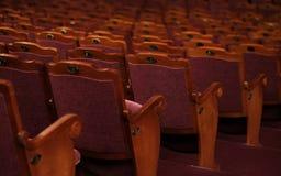 Numrerade teaterstolar med röd sammet Royaltyfri Fotografi