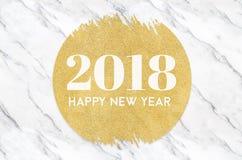 Numret för lyckligt nytt år 2018 på guld- cirkel blänker på vit marbl Royaltyfria Bilder