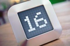 Numret 16 på en Digital kalender, termostat eller tidmätare Arkivfoton