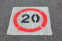 Numret 20 på vägen som larmar en hastighetsbegränsning Royaltyfria Foton