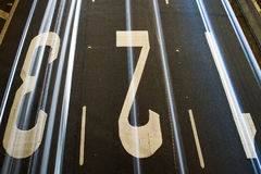 Nunbers 1 2 3 geschilderd op asfalt stock fotografie