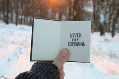 Nunca pare de explorar Citações inspiradas e inspiradores Livro e texto fotografia de stock