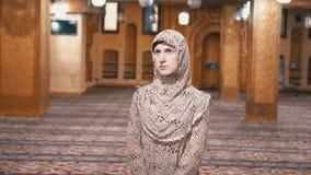 Nunna i ?mbetsdr?ktst?llningar inom en islamisk mosk? egypt lager videofilmer