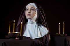 Nunna med stearinljus Arkivbilder