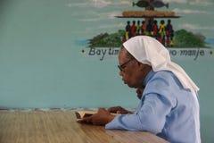 Nunna på barnhemmet i Slätt-du-Nord, Haiti Arkivbild