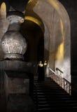 Nunna på trappa av nunnekloster Arkivbild